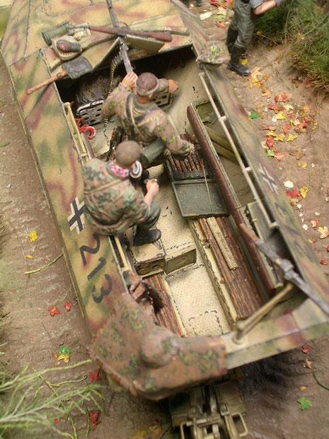 Die Panzergrenadiere führen im Fahrzeug Infanteriewaffen wie Stielhandgranaten, sowie 8,8cm Munition für den Panzer mit.