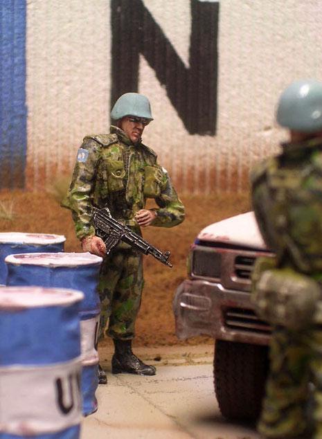 Ein weiterer UN-Soldat sichert von der Seite die Aktion.