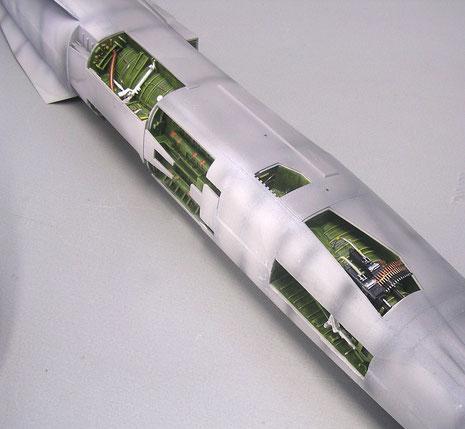 Die Rumpföffnungen mit den Einbauten müssen sorgfältig für das Spritzen abgeklebt werden.