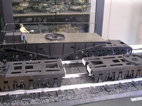 Die im Bausatz falsch verbundenen Drehgestelle werden wie im Original zu Paaren von 5 Laufrollen getrennt, so daß auch eine Kurvenfahrt überhaupt möglich ist
