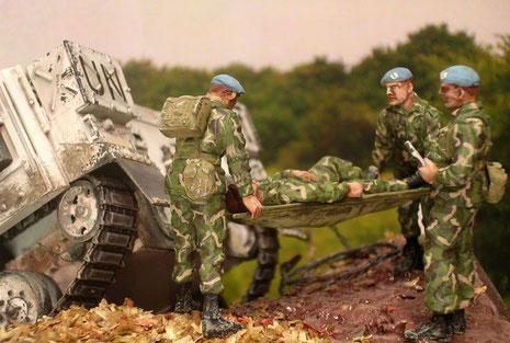 Die britischen Soldaten mit ihren blauen UN-Barrets bergen ihren verletzten Kameraden.