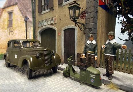 Zusammen mit einem US Army Roller von Plus Model ergibt sich so eine typische Szene rund um ein requiriertes Hauptquartier.