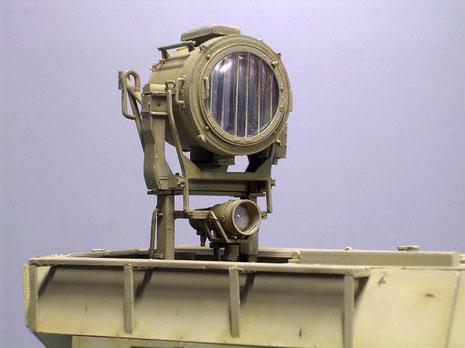 Das Modell von Academy beinhaltet auch den einzeln erhätlichen 60cm Scheinwerfer, darunter das zweite Nachtsichtgerät.