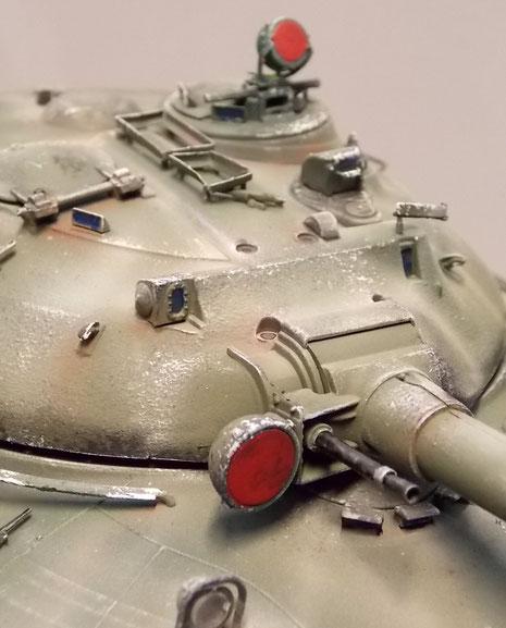 Infrarotscheinwerfer für Kommandanten und Richtschützen. Links neben der Hauptkanone das 12,7mm koaxiale MG.