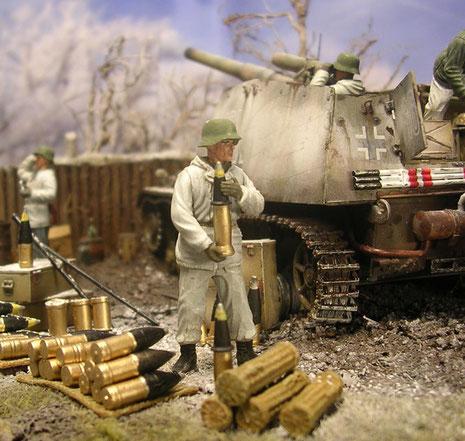 Die Artilleristen haben schon die Winterwendekleidung angelegt. In der verschneiten Landschaft sind sie so bestens getarnt.