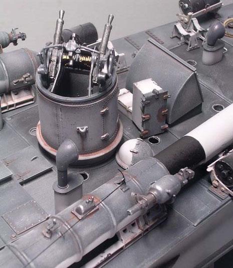 Startkompressor für Torpedorohr und Blick auf Munitionsführung der Vickers-MG.