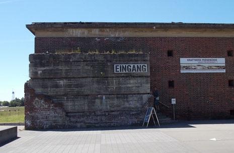 Eingang zu Kraftwerks-Gelände durch den ehemaligen Luftschutzbunker.