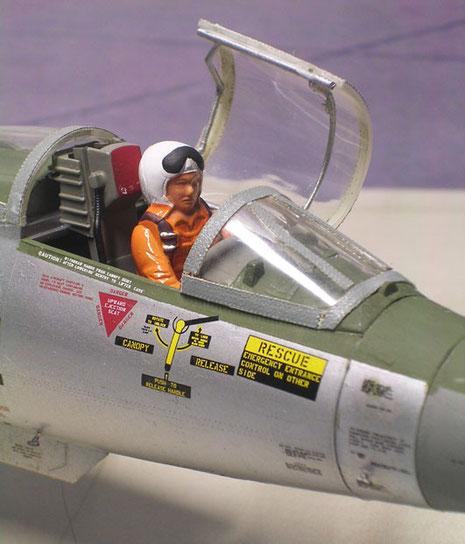 Pilotenkanzel mit seitlich abklappbarer Haube. Die Pilotenfigur ist sicher etwas zu rudimentär seitens Hasegawa ausgefallen.