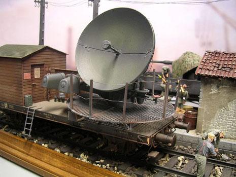 Das Würzburg Gerät zeigt sich im ausgeklappten, betriebsbereiten Zustand-für die Bahnfahrt wurde das Gerät zusammengeklappt und die Plattformteile hochgeklappt, um die Spurweite zu halten.