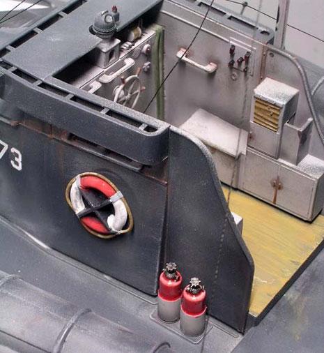 Rettungsringe und Feuerlöscher sorgen für Farbtupfer im grauen Einerlei.