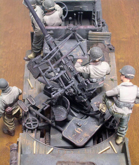 Geschützplattform mit Staubablagerungen und leichten Rostspuren. Beachte die Hlsen der verschossenen Munition.