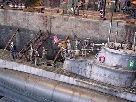Holzbalken und Leinen halten das Boot über dem Kiel aufrecht.