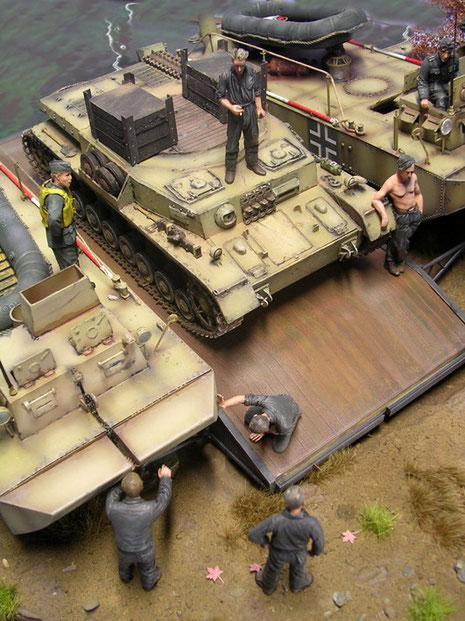 Die Panzerwanne bringt samt Ballastgewichten immerhin doch über 20 Tonnen Gewicht mit auf das Wasser.