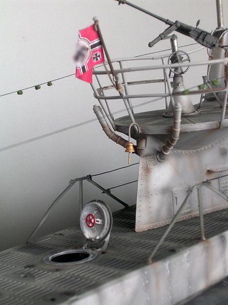 Zwei-Zentimeter-Flakstand mit Schiffsglocke und geöffnetem Kombüsenluk.