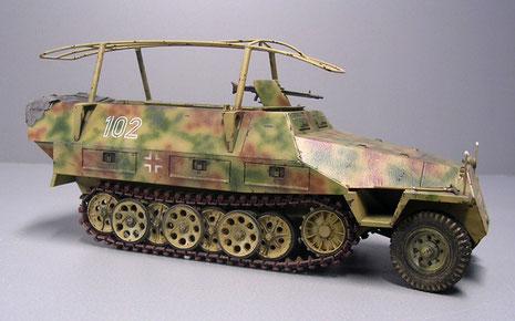 Das Fahrzeug ist zusätzlich mit den seitlich angebrachten Metallhöckern für die Befestigung von Sturmbrücken ausgestattet. Der Tarnanstrich ist typisch für ein Fahrzeug der Westfront 1944.