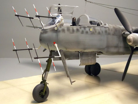 Neben dem Bugrad die ausziehbare Einstiegsleiter, eine frühe Erfindung, die noch heute viele Jets haben.