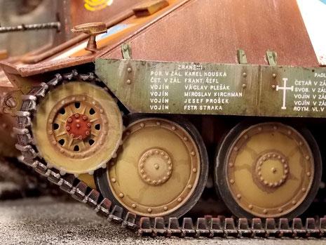 Hier sieht man die unterschiedlichen Teilebasen, die sich durch ihren kunterbunten Anstrich der verschiedenen Fahrzeugquellen auszeichnet. Dazu die markanten tschechischen Beschriftungen.