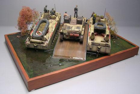 """Wie gewünscht schauen die beiden Panzerfähren nebst Schwimmponton jetzt halb aus dem """"Wasser"""" heraus."""