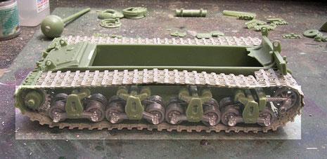 Die Resinkettenglieder werden in heißem Wasser weich gemacht und dann dem Fahrwerk angepasst. Hier muss man nur sorgfältig unten und an den Seiten arbeiten, der Rest der Kette verschwindet später hinter dem Kettenschutz.