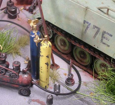 Werkzeug und Gasflaschen gehören zum Alltagsbild eines Schrottplatzes.