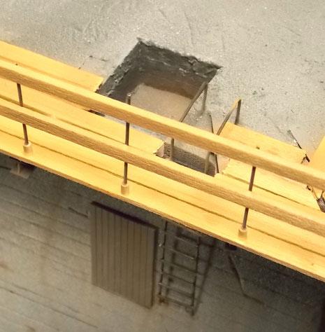 Durchstiegsöffnung mit Außentür und Stahlleiter.