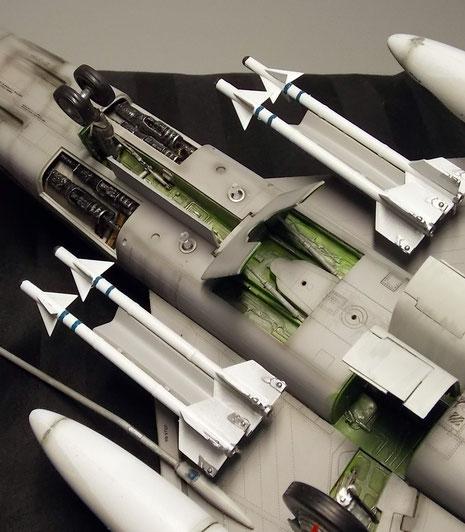 Unter dem Rumpf: geöffnete Bremsklappen, Waffenschächte und Fahrwerksschächte.