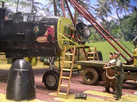 Bordschütze und Mechaniker besprechen die notwendigen Arbeiten am Bugradar.