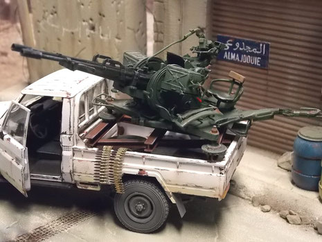 Beachte die gegurteten Munitionsstreifen des Kalibers 23mm.