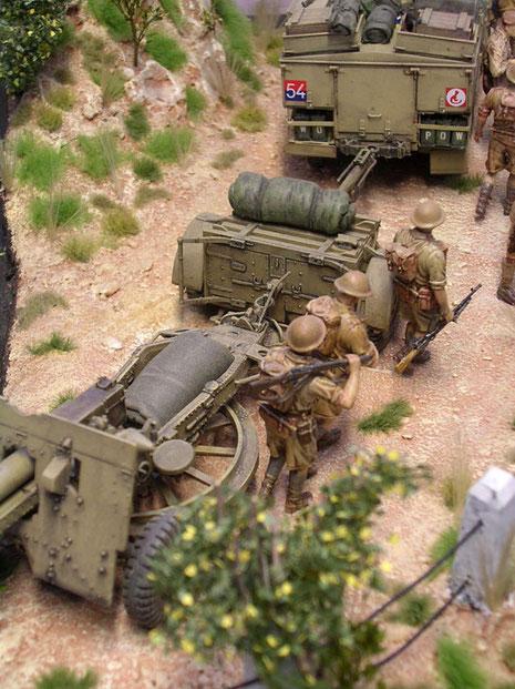 Hinter dem Zugfahrzeug folgt im Anhängerbetrieb zuerst die Protze mit der Munition, danach das Feldgeschütz mit seiner markanten Drehscheibe unter dem Geschützsporn. So konnte die 25 Pfünder sehr schnell nach allen Seiten gedreht werden.