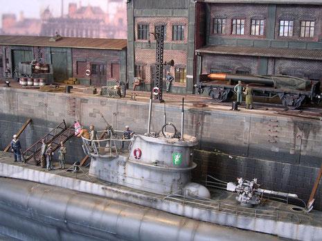 Über Leitern und Brücken kann die Besatzung nun das Boot verlassen.