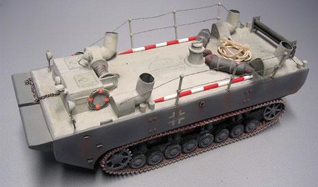 Farbgebung entspricht mit dem Panzergrau und hellgrauem Oberdeck der Testphase bis 1942. Beachte die vier Ansaugrohre für Frischluft und Motorluftzufuhr.