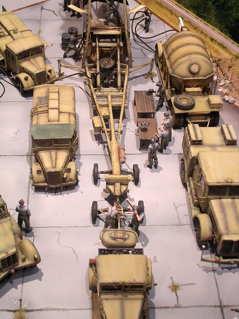 Nach Positionsplan sind die einzelnen Zugmaschinen und Betankungsfahrzeuge rund um die Abschusstelle angeordnet.