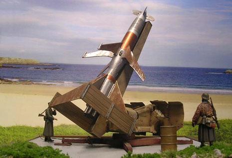 Auf dem Peenemünder Testgelände, direkt am Meer ist das Geschoß zum Abschuß bereit.