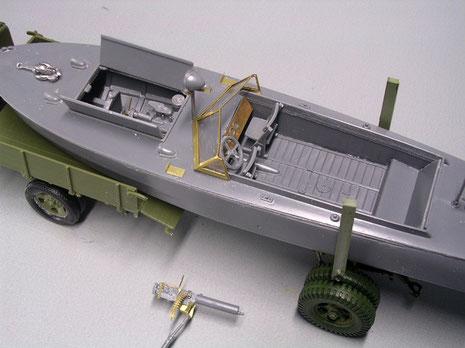 Der filigrane Führerstand mit den Ätzteilen , Anker aus Zinnteilen, geöffnetem Motordeck.