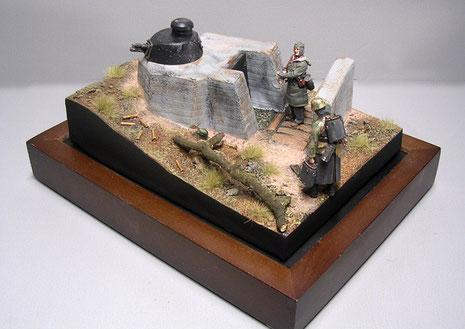 Klein und kompakt auf einer kleinen Dio-Base mit zwei Verlinden-Figuren.