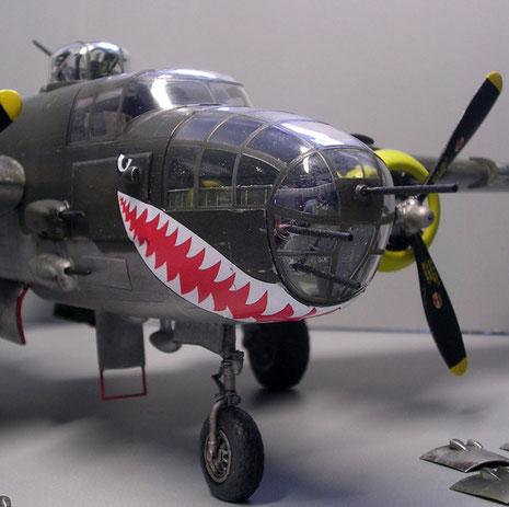 Vollverglaster Bug mit drei schweren MG's mit Platz des Bombennavigators.