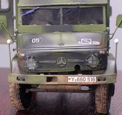 Der markante Unimog-Bug mit dem Mercedes-Stern auf der Motorhaube.