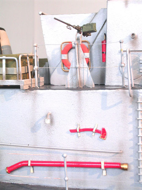 Löschrohre, Werkzeug und Rettungsringe geben Farbe ans Modell.