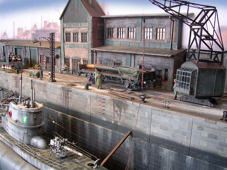 Ein Dockkran erlaubt es Reparaturteile und Nachschub auf das Boot zu heben.