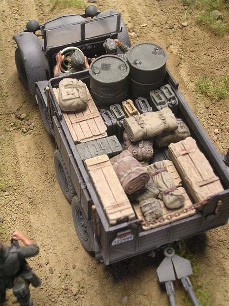 Gut beobachtet und gebaut ist das vollbeladene Zugfahrzeug-hier mit Munition für die Pak und Ausrüstung der Bedienung.