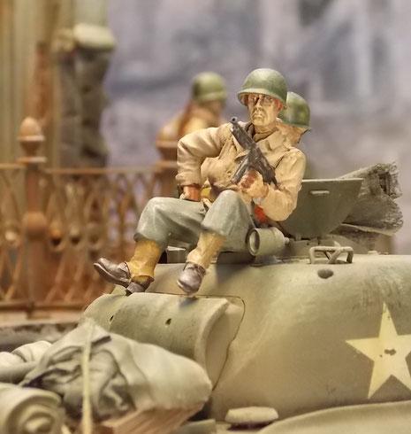 Wegen der deutschen Scharfschützen in der Trümmerlandschaft (diese waren noch bis Mitte August aktiv!) müssen die GI's auf der Hut sein.
