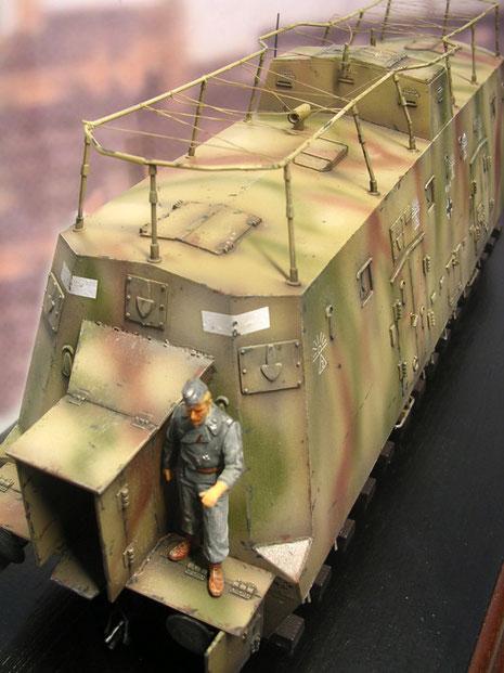 In der Mitte des Daches der erhöhte Kommandostand. Manchmal wurde er mit Suchscheinwerfer ergänzt.