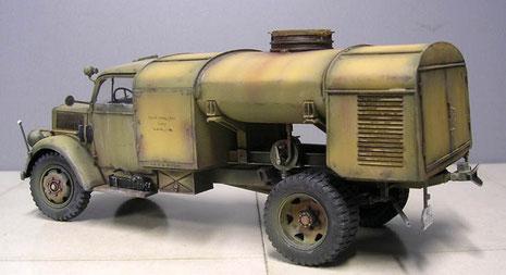 Der wuchtige Tankaufbau kann durch effektvolles Altern an seinen Schweißnähten betont werden.
