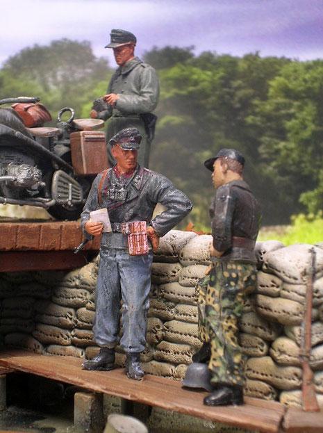 Der XX Offizier und sein Kamerad von der Panzertruppe diskutieren die nächsten Pläne.
