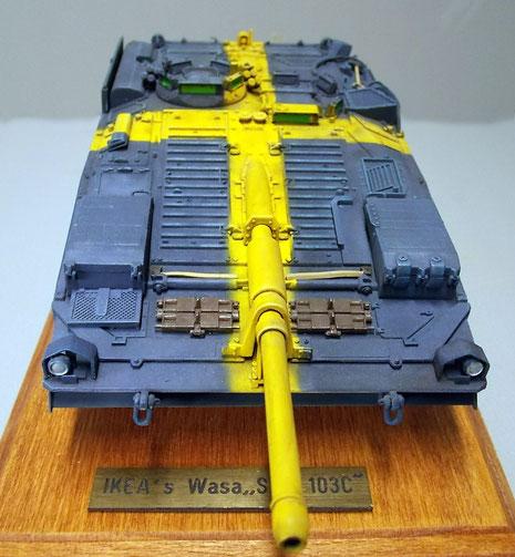 Ersatzkettenglieder unterbrechen das schwedische Blau auf der Bugplatte.