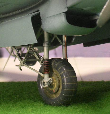 Fahrwerk mit Ledermanschetten, zusätzlicher Verkabelung und Pigmenten für Rollfeldspuren.