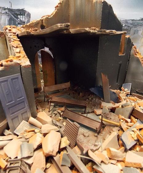 Durch die Bombenangriffe sind von den Kirchenstuhlreihen nur noch Trümmer übrig.