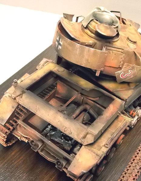 Ausgebrannter Motor mit Kühler und herausgerissenen Motorluken.