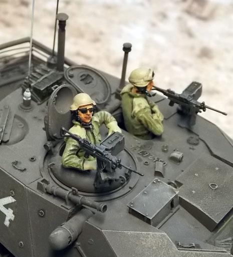 Der Laserentfernungsmesser ist rechts oben auf dem Turmgeschlossen zu sehen-er hat Sichtfeld über die Zusatzpanzerung hinweg.