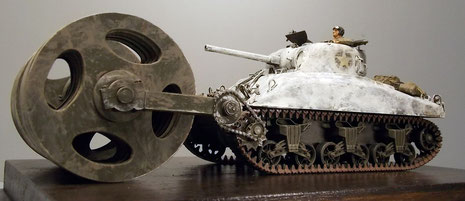 Die Minenrollen überragen den Sherman-Panzer fast komplett.